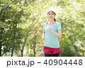 音楽を聴きながら走る若い日本人女性 40904448