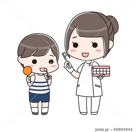男の子に歯磨き指導をする歯科衛生士の女性(全身) 40904942