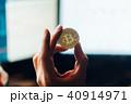 ビットコインを持つ手とマルチディスプレイ。 40914971