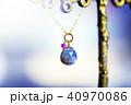 小宇宙のように光る天然石のネックレスとカラフルバック 40970086