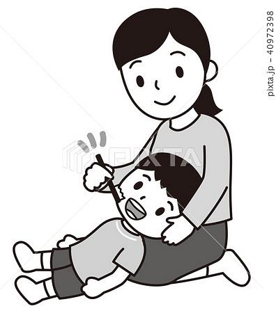 子供に仕上げの歯磨きをする母親 白黒 40972398