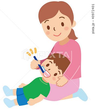 子供に仕上げの歯磨きをする母親...