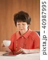 タブレットPC 操作 コーヒーの写真 40987995