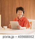 タブレットPC 操作 微笑むの写真 40988002
