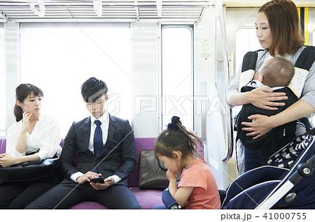鉄道マナー 座席に荷物を置くのは気を付けましょう! 41000755