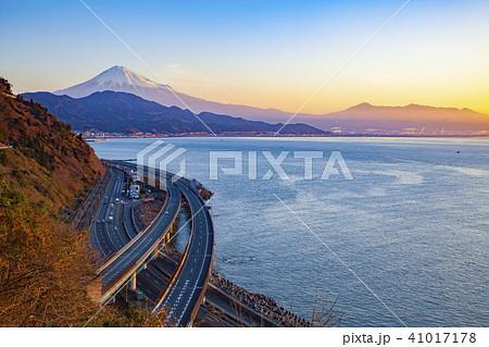 富士山と日の出、静岡県静岡市清水区由比さった峠にて 41017178