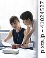 打ち合わせ オフィスカジュアル ビジネスの写真 41024527