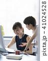 打ち合わせ オフィスカジュアル ビジネスの写真 41024528