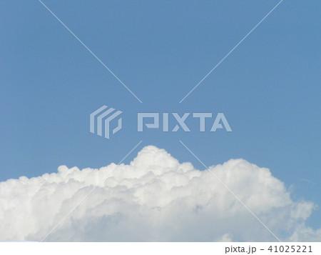 初夏の青空と白い雲 41025221