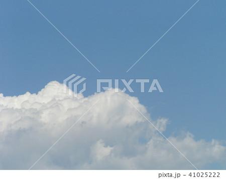 初夏の青空と白い雲 41025222