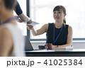 打ち合わせ オフィスカジュアル ビジネスの写真 41025384