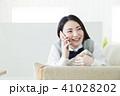 女性 電話 携帯電話の写真 41028202