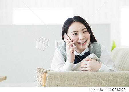 高校生 スマホ 女性 女の子 女子高生 41028202