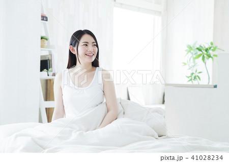女性 寝起き 朝 起床 若い女性 かわいい ライフスタイル 41028234