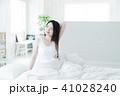 女性 寝起き 朝の写真 41028240