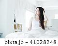 女性 寝起き 朝の写真 41028248