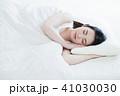 女性 睡眠 朝の写真 41030030