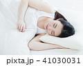 女性 寝る 睡眠 朝 若い女性 かわいい ライフスタイル 41030031