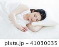 女性 寝る 睡眠 朝 若い女性 かわいい ライフスタイル 41030035