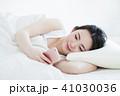 女性 スマホ 寝起きの写真 41030036