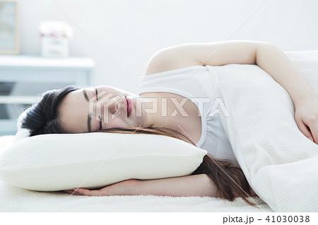 女性 寝る 睡眠 朝 若い女性 かわいい ライフスタイル 41030038