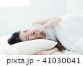女性 寝起き 睡眠の写真 41030041