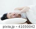 女性 寝起き 睡眠の写真 41030042