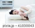 女性 寝る 睡眠 朝 若い女性 かわいい ライフスタイル 41030043