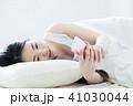 女性 寝起き 寝るの写真 41030044