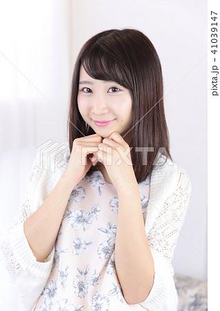 若い女性 ヘアスタイル 41039147