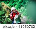 ハイキング 地図 女性の写真 41060782