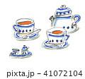青いカップと紅茶 41072104