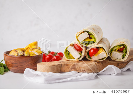 Grilled tortilla wraps with chicken and vegetables 41079907