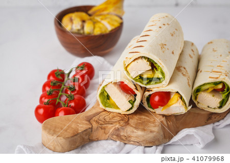Grilled tortilla wraps with chicken and vegetables 41079968