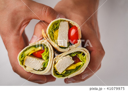 Grilled burrito wraps with chicken and vegetable 41079975