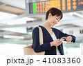 ビジネスウーマン 駅 スマートフォンの写真 41083360