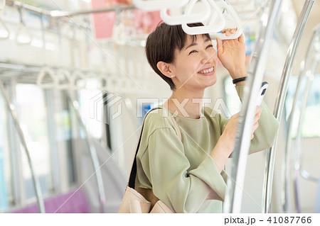 ビジネスウーマン 電車 通勤 撮影協力:京王電鉄株式会社 41087766