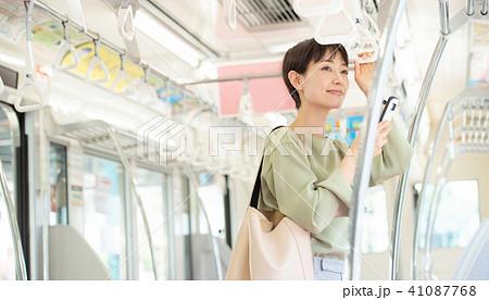 ビジネスウーマン 電車 通勤 撮影協力:京王電鉄株式会社 41087768