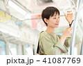 ビジネスウーマン スマートフォン 通勤の写真 41087769