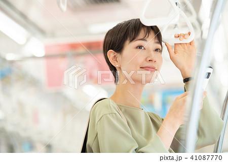 ビジネスウーマン 電車 通勤 撮影協力:京王電鉄株式会社 41087770