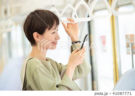 ビジネスウーマン 電車 通勤 撮影協力:京王電鉄株式会社 41087771