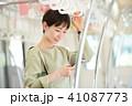 ビジネスウーマン スマートフォン 通勤の写真 41087773