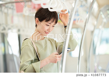 ビジネスウーマン 電車 通勤 撮影協力:京王電鉄株式会社 41087773