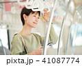 ビジネスウーマン スマートフォン 通勤の写真 41087774