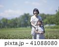 畑作業をする親子 41088080