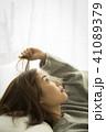 女性 ソファ 考えるの写真 41089379