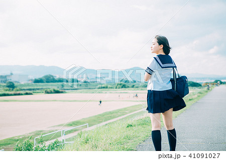 河川敷を歩く制服の高校生 41091027