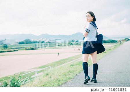 河川敷を歩く制服の高校生 41091031