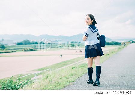 河川敷を歩く制服の高校生 41091034