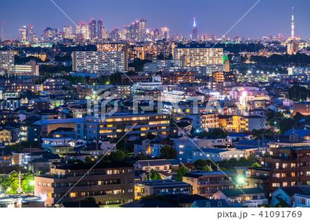 《東京都》都心のビル街と住宅街の夜景 41091769